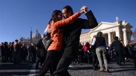 Couples tango for Pope Francis in St Peter's Square - BBC News